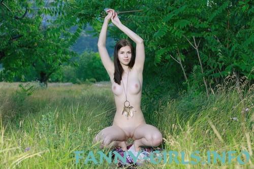 Ибби: мастурбация члена грудью