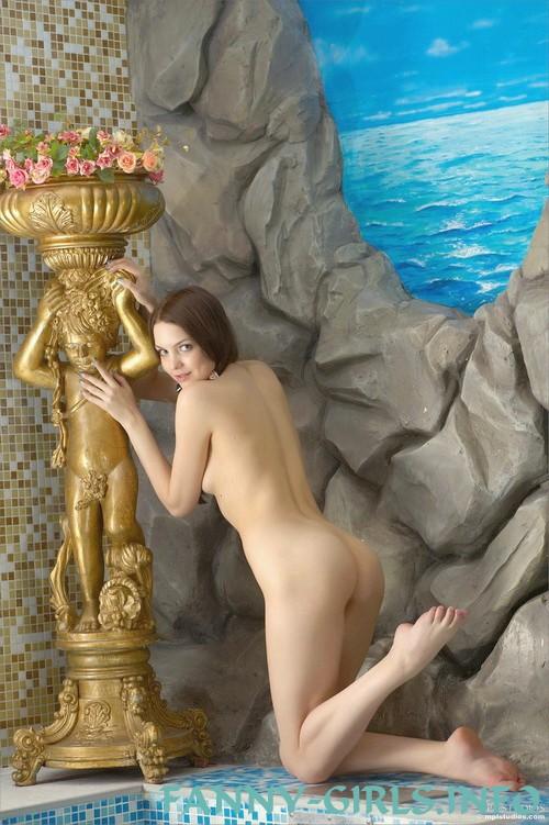 Марианка - мастурбация члена грудью
